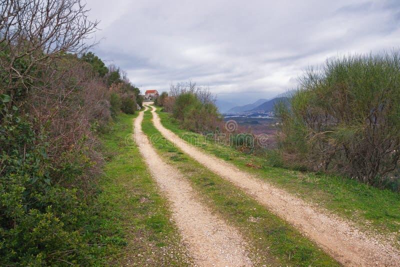 Lange weg aan kleine dorpskerk montenegro royalty-vrije stock foto's
