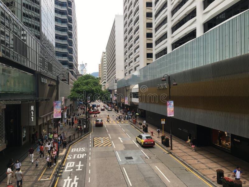 Lange Weg met Auto's in de Stad stock afbeelding