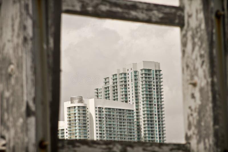 Lange witte gebouwen stock foto
