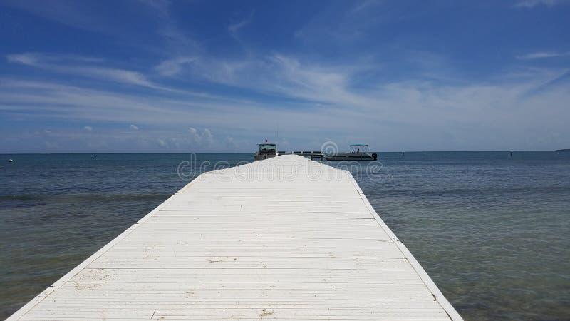 Lange witte promenade of pijler op kalm water in Guanica, Puerto Rico royalty-vrije stock foto