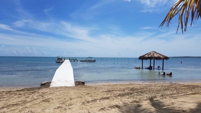 Lange witte promenade of pijler op kalm water in Guanica, Puerto Rico royalty-vrije stock afbeelding