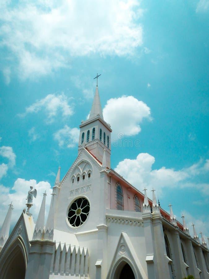Lange Witte Schilderachtige Kerk in Singapore stock afbeeldingen