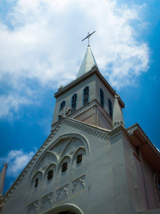Lange Witte Schilderachtige Kerkspits in Singapore stock afbeelding