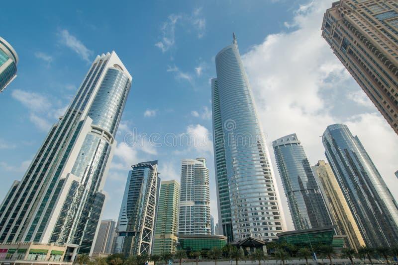 Lange wolkenkrabbers in Doubai stock fotografie