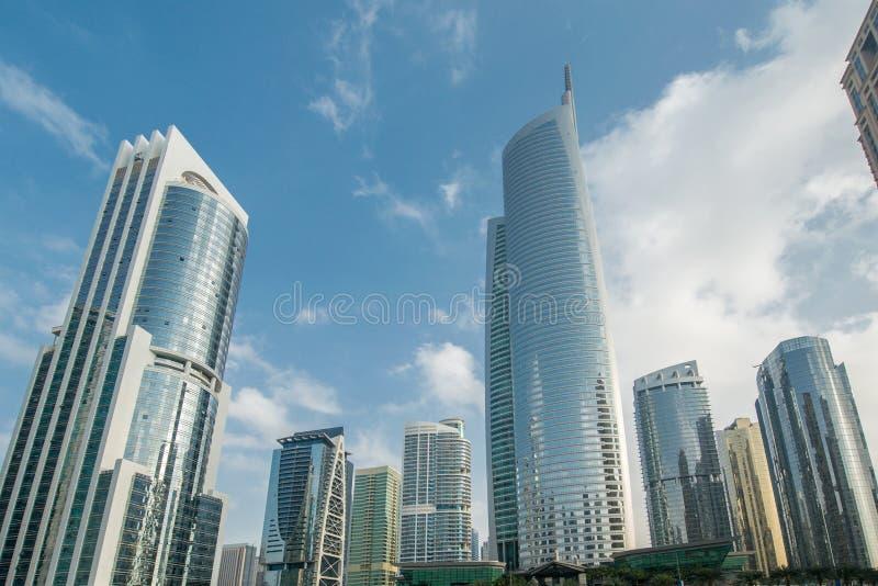 Lange wolkenkrabbers in Doubai dichtbij water stock fotografie