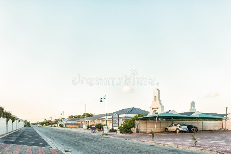 LANGEBAAN, SURÁFRICA, EL 20 DE AGOSTO DE 2018: Una escena de la calle de la puesta del sol, con el centro de la Queens-cabaña, la foto de archivo libre de regalías