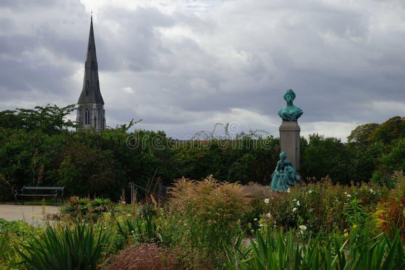 Langelinie park z zabytkiem princess Mari i St Alban kościół na tle iglica zdjęcia stock