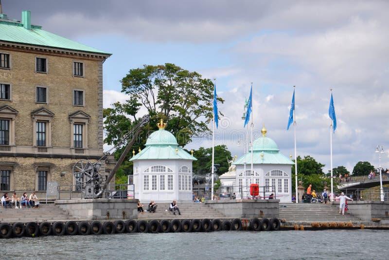 Langelinie: pawilony z zielonymi kopułami, antykwarskim żurawiem i ludźmi na wakacje, obrazy royalty free