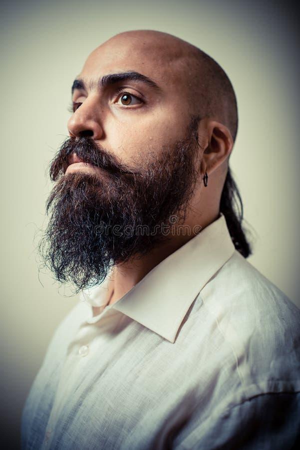Langer Bart- und Schnurrbartmann mit weißem Hemd lizenzfreie stockfotos
