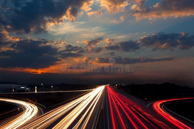 Langer Belichtungs-Verkehr - Nachtabstrakter städtischer Hintergrund stockfotos
