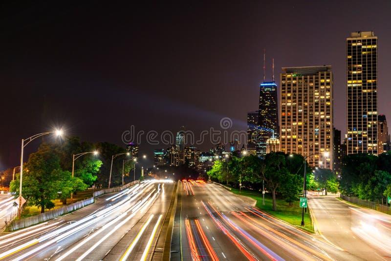 Langer Belichtungsschuß an Nachtunterlassungssee-Ufer-Antrieb in Chicago-Überschrift in Richtung zum Stadtzentrum stockfotografie