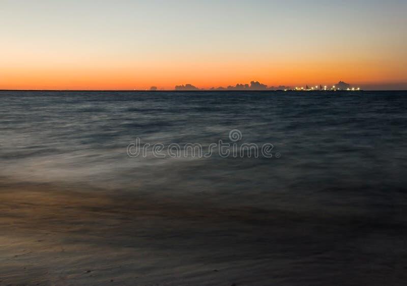 Langer Belichtungsschuß von dunklem Meer mit Schiffspier lizenzfreies stockfoto