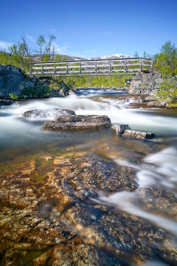 Langer Belichtungsschuß von Fluss in Nord-Schweden am sonnigen Tag stockfotos