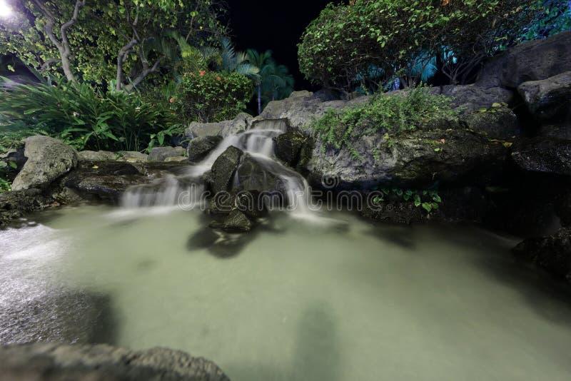 Langer Belichtungswasserfall nachts stockbilder