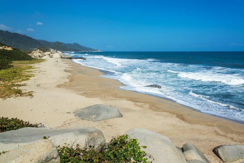 Langer einsamer Strand lizenzfreies stockfoto