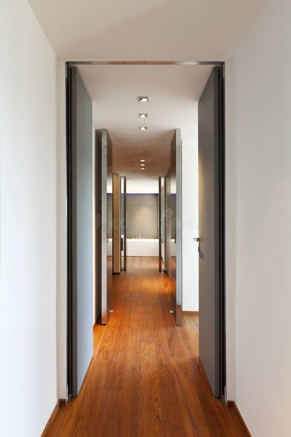 Download Langer Flur, Innen Stockfoto. Bild Von Leuchte, Tür, Wohnung    21330556
