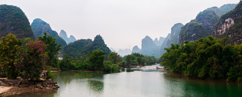 Langer Fluss Yus und Karstberglandschaft in Yangshuo Guilin, China stockfotos