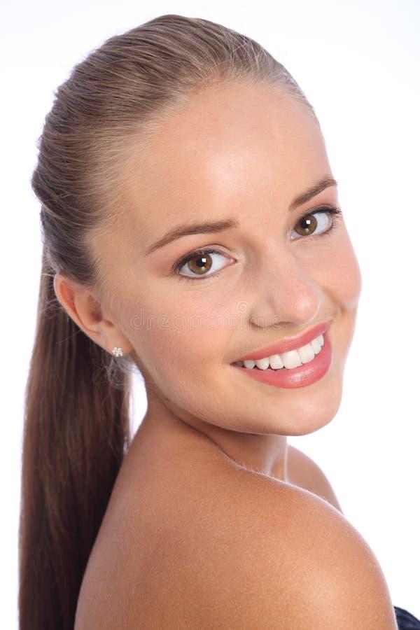 Langer Haarpferdeschwanz und großes Lächeln durch glückliche Frau stockfoto