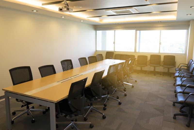 Download Langer Holztisch Und Viel Stuhl Im Großen Konferenzzimmer Mit  Projektordarstellungssonnenlicht Vom Fenster Stockfoto   Bild