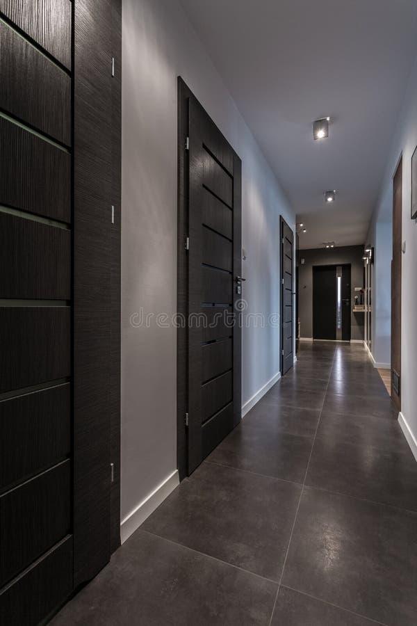 Langer Korridor im Luxushaus stockbilder