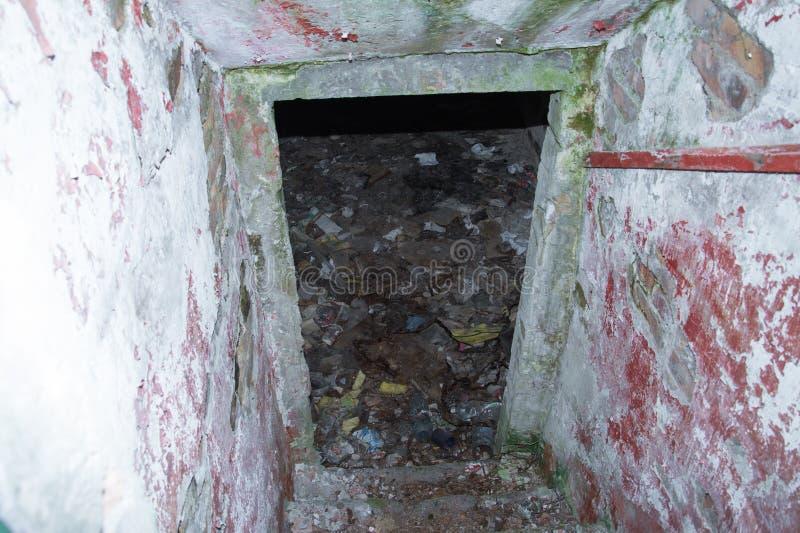 Langer Korridor innerhalb des Bunkers stockbild
