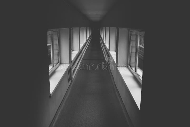 Langer Korridor, Schwarzweiss stockbild