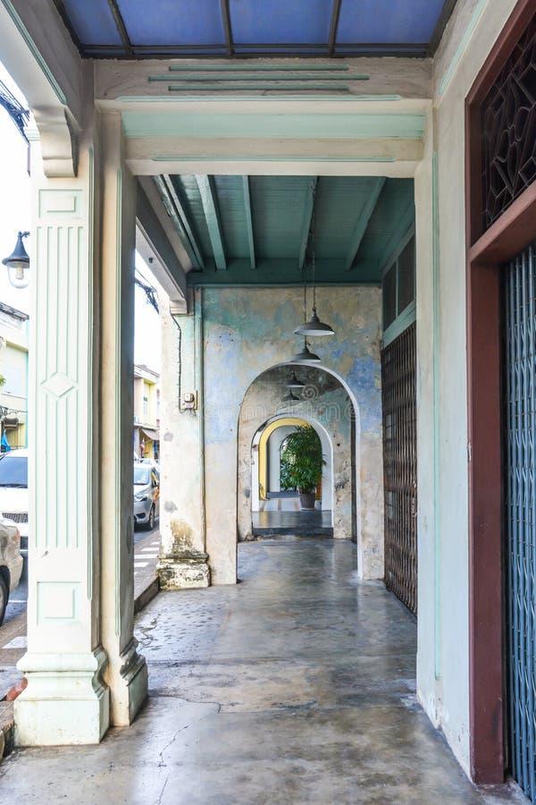 Langer Korridor zwischen Spalten und Bögen, Chino-portugiesische Art stockfotos