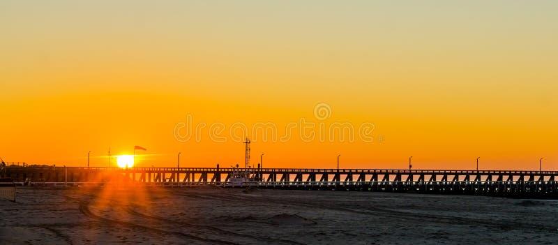 Langer Pier bei Sonnenuntergang auf dem Strand von Blankenberge, Belgien, Sonnenuntergang mit einem bunten Himmel stockfotos