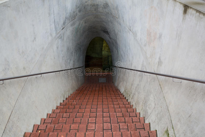 Langer Untertageziegelsteintunnel-Winkelschuß lizenzfreies stockfoto