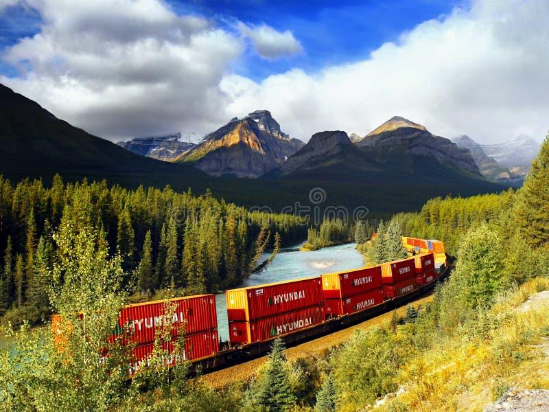 Langer Zug-Bogen-Fluss-Kanadier Rocky Mountains stockfotos