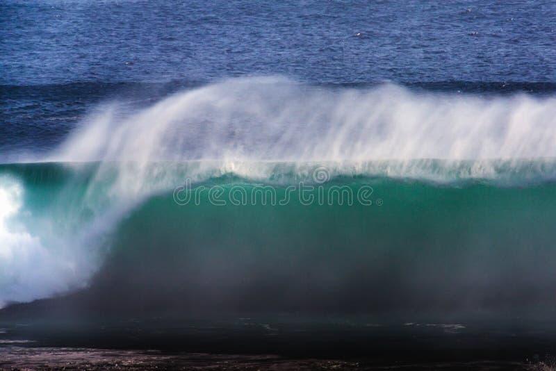 Langes Belichtungs-Bild blauer Ozean-der großen Außenseiter-Welle, Kalifornien stockfoto