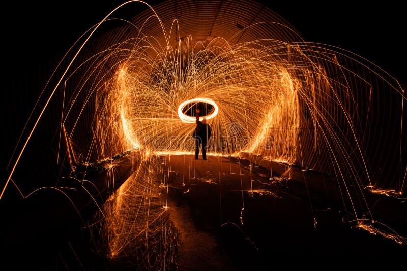Langes Belichtungsbild der Feuerkugel im Tunnel stockfotografie