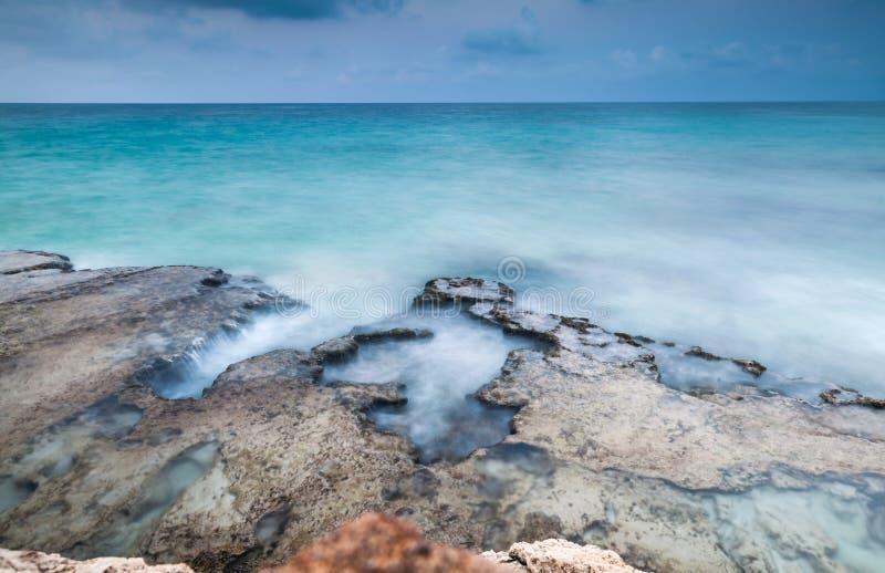 Langes Belichtungsfoto der Seefelsigen Küste lizenzfreies stockfoto