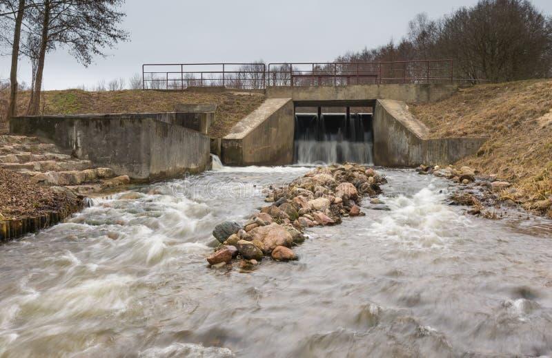 Langes Belichtungsfoto der Verdammung auf Fluss lizenzfreies stockbild