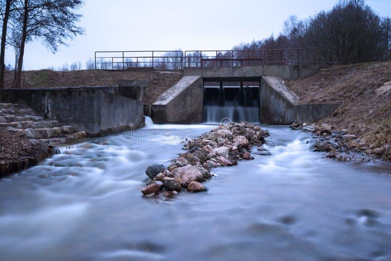 Langes Belichtungsfoto der Verdammung auf Fluss stockfotografie