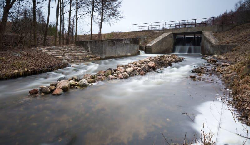 Langes Belichtungsfoto der Verdammung auf Fluss stockfoto