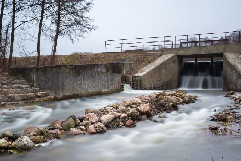 Langes Belichtungsfoto der Verdammung auf Fluss lizenzfreies stockfoto