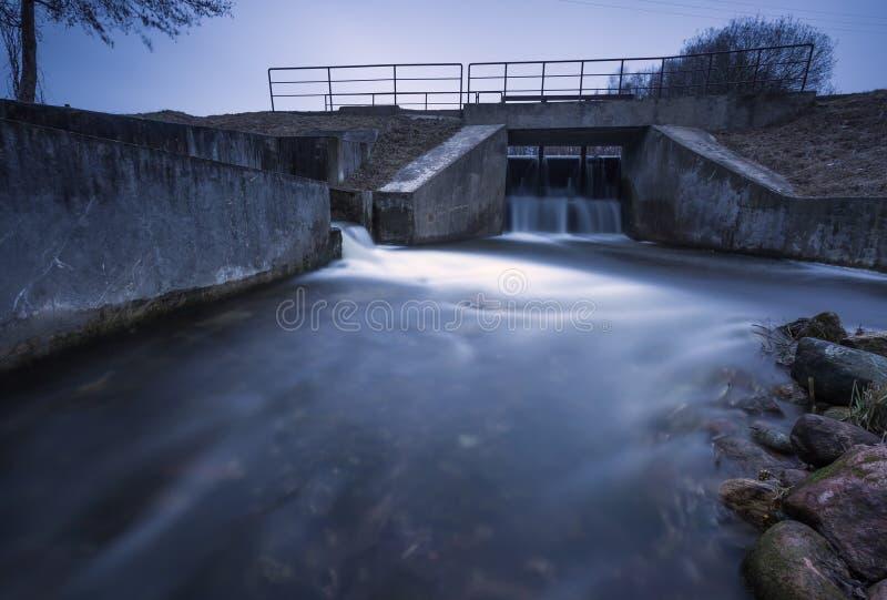 Langes Belichtungsfoto der Verdammung auf Fluss lizenzfreie stockbilder