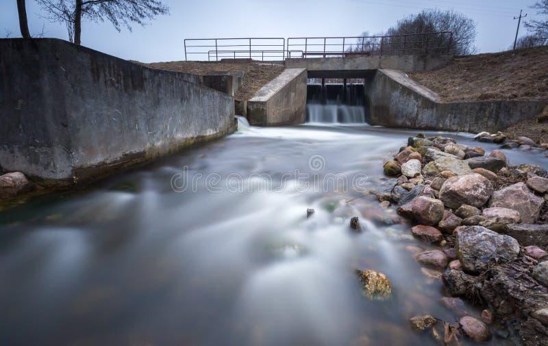 Langes Belichtungsfoto der Verdammung auf Fluss lizenzfreie stockfotografie