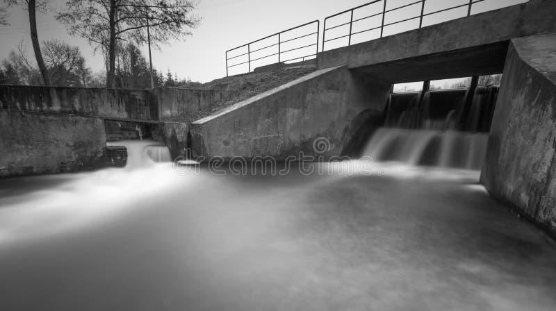 Langes Belichtungsfoto der Verdammung auf Fluss lizenzfreie stockfotos