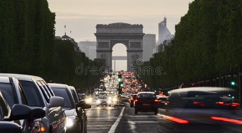 Langes Belichtungsfoto des Straßenverkehrs nahe Arc de Triomphe lizenzfreie stockbilder