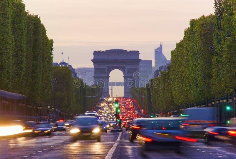 Langes Belichtungsfoto des Straßenverkehrs nahe Arc de Triomphe, Champs-Elysees stockbilder