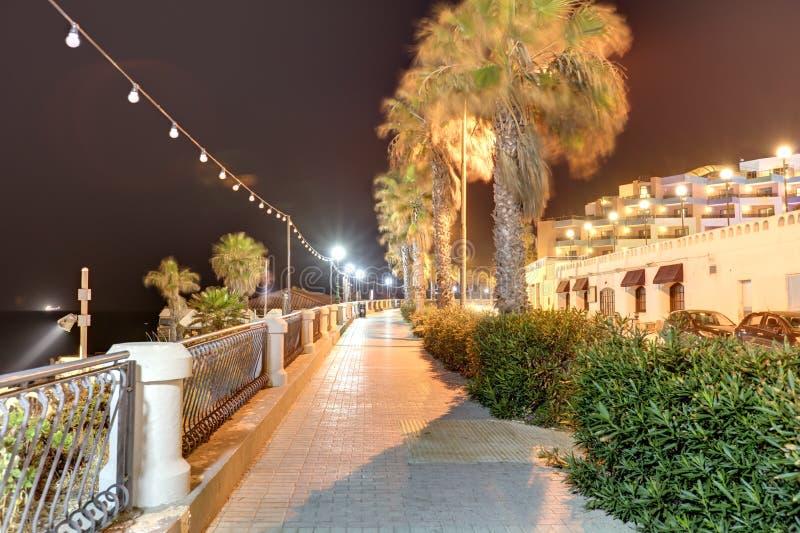 Langes Belichtungsfoto Nacht-HDRs der Küstenlinie von Malta, Heiliges Pauls Bay stockfotos