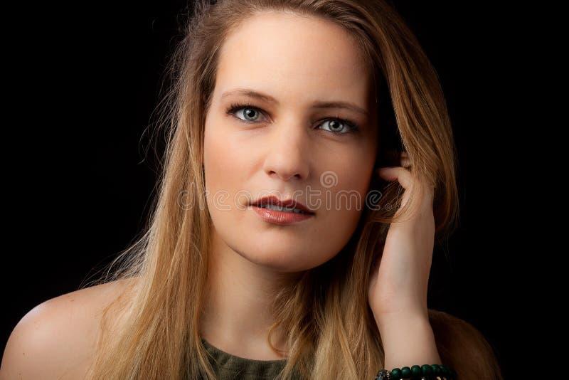 Langes blondes Haar der PorträtGeschäftsfrau stockfoto