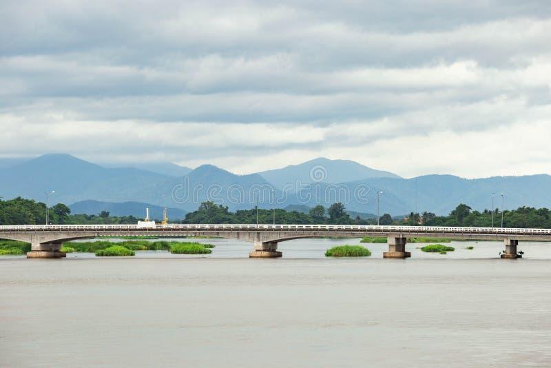 Langes Brückenkreuz die Flüsse im Norden von Thailand lizenzfreie stockbilder