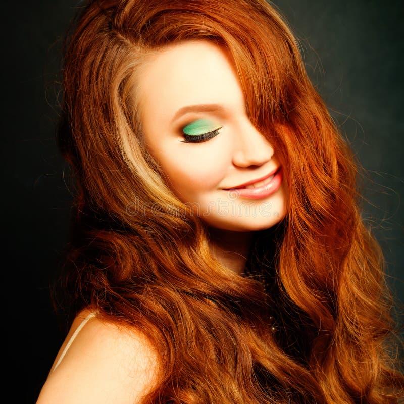 Langes gelocktes rotes Haar Art und Weisefrauenportrait lizenzfreie stockfotografie