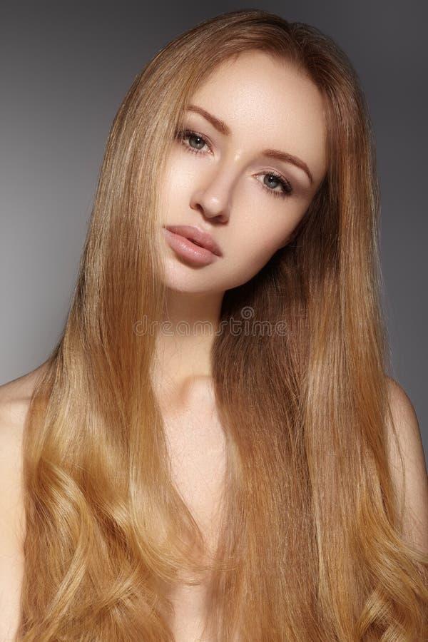 Langes Haar der Mode Schönes blondes Mädchen Gesunde gerade glänzende Frisur Schönheitsfrauenmodell Glatte Frisur stockfoto