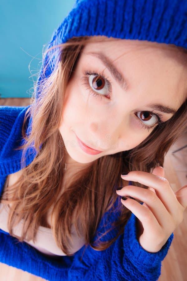 Langes Haar des jugendlich Mädchens der jungen Frau des Porträts lizenzfreie stockfotografie