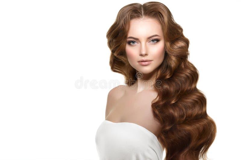 Langes Haar Wellen-Locken-Frisur Schönheits-Frau mit dem langen gesunden und glänzenden glatten schwarzen Haar Updo Modemodus lizenzfreie stockfotografie