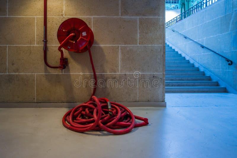 Langes rotes abstrakt Schlauchleitung der Feuerwache lizenzfreies stockbild